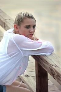 Une femme souffrant de douleur chronique regarde dans le vide.
